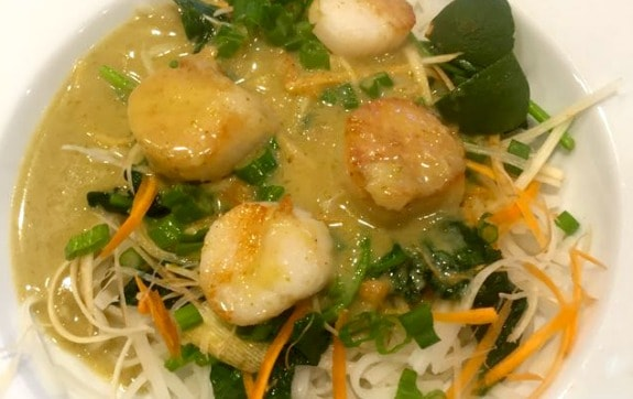 Thai Curry Scallop with Spinach and Rice Noodle