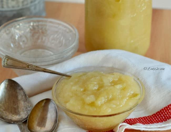 A bowl of Easy Sweet Tart Homemade applesaice.